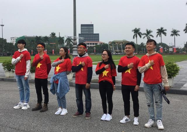 Niềm tin vào chiến thắng của ĐT Việt Nam cũng như tình yêu đất nước luôn rực cháy trong trái tim của mỗi bạn trẻ.