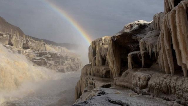 Ánh mặt trời phản chiếu qua băng tạo nên hình ảnh cầu vồng tuyệt diệu