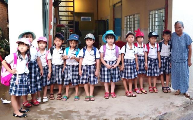 Hơn 18 năm nay, bà Phan Thị Hai dẫn các em học sinh từ lớp 1-5 từ nhà đến trường.