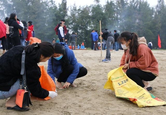 Đoàn viên thanh niên tham gia dọn dẹp vệ sinh tại bãi biển xã Quảng Vinh, thành phố Sầm Sơn.