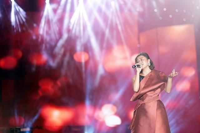 Nữ ca sĩ Văn Mai Hương khoe giọng hát nồng nàn, ngọt ngào của mình qua những ca khúc được giới trẻ yêu mến