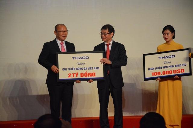 Ông Trần Bá Dương tặng thưởng 2 tỉ cho đội tuyển Việt Nam và 100 ngàn USD cho HLV Park Hang-seo. HLV Park Hang-seo đã tặng toàn bộ số tiền cá nhân ông để phát triển bóng đá Việt Nam và từ thiện