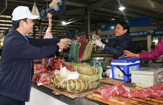 Phát các túi nylon tự phân hủy sinh học và làn đựng đồ cho người tiêu dùng tại chợ Cột Đỏ.
