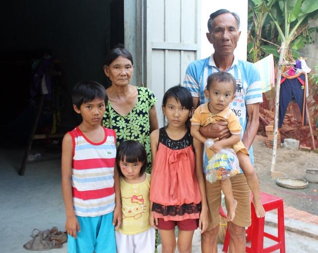 Hai người cha bỏ đi, mẹ mất, 4 cháu nhỏ sống bằng tình thương của ông bà ngoại 63 tuổi