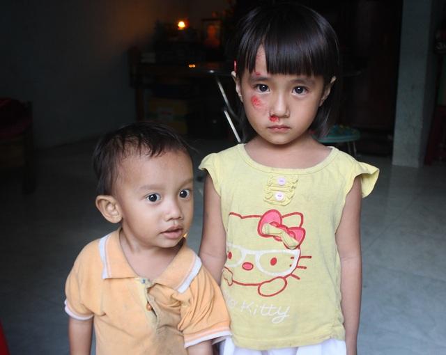 2 cháu Hà và Bảo còn nhỏ nên bà ngoại phải ở bên ngày ngày chăm sóc