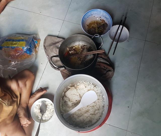 Mâm cơm của gia đình, 6 người được một lát cá kho với một ít thịt