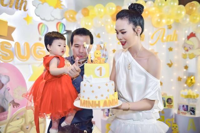 Mới đây, vợ chồng Hoa hậu Sang Lê đã tổ chức tiệc thôi nôi cho con gái Sugar Minh Anh. Bà mẹ một con Sang Lê chia sẻ, với cô tiệc thôi nôi của con là bữa tiệc quan trọng nhất trong cuộc đời và cô mong muốn giúp con gái lưu lại những khoảnh khắc tuyệt vời này. Trước đó, vào giữa năm 2017 tiệc cưới xa hoa nhất nhì showbiz của Hoa hậu Sang Lê và ông xã doanh nhân Việt Anh - Chủ tịch hội đồng quản trị của hai công ty kinh doanh mía đường đã được tổ chức tại TP. HCM và Phú Yên.