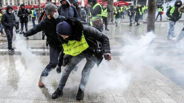 Nước Pháp tiếp tục trải qua một cuối tuần không êm ả (Ảnh: AFP)