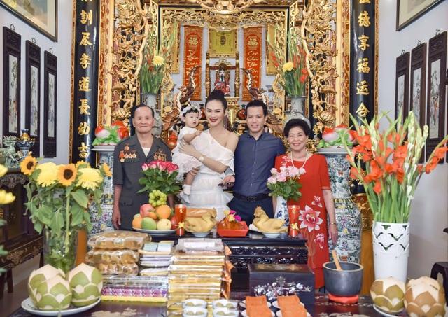 Tiệc sinh nhật đầu đời của con gái cưng được Hoa hậu Sang Lê và ông xã tổ chức ấm áp với những người thân thiết nhất của gia đình. Trong ảnh là Sang Lê cùng gia đình nhà chồng. Mẹ chồng Sang Lê là một doanh nhân có tiếng của ngành mía đường, bà yêu và coi con dâu như con gái