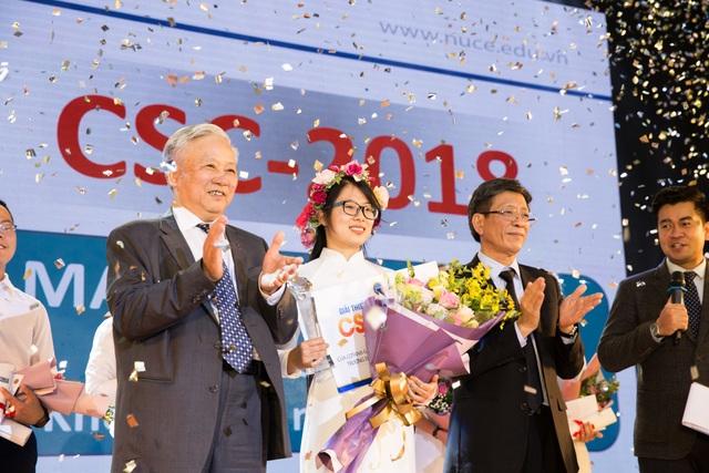 Giải thưởng Sinh viên Tài năng CSC năm 2018 trao thưởng cho ứng viên đoạt giải Mai Thị Ánh Hồng.