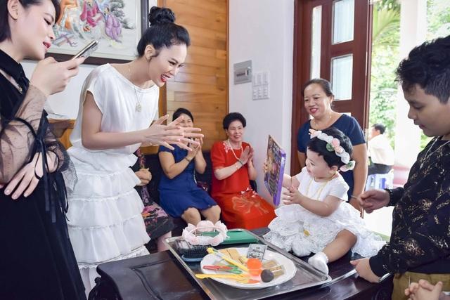 Hoa hậu Sang Lê cho biết, bé Đường rất thích khám phá những thứ mới lạ xung quanh, bé chơi bất kì món đồ chơi nào cũng chỉ 1 đến 2 ngày là khám phá hết và tiếp tục chuyển qua chơi khám phá những thứ khác.