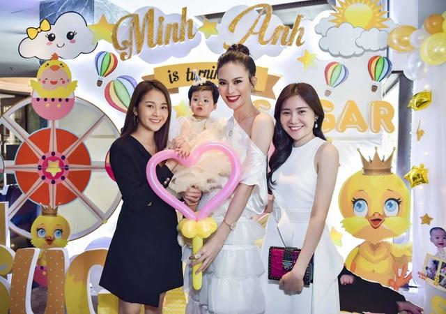 Diễn viên Tam Triều Dâng (váy đen) cùng chia vui với gia đình Sang Lê.