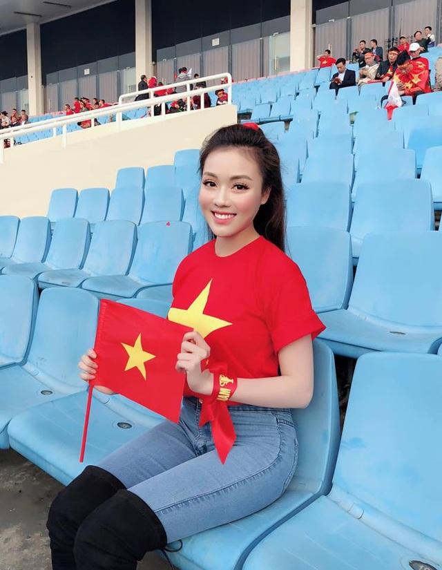 """""""Hot girl giảng viên"""" gây chú ý khi ra sân cổ vũ ĐT Việt Nam - Ảnh 2."""