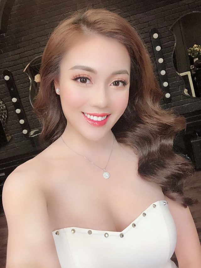 """""""Hot girl giảng viên"""" gây chú ý khi ra sân cổ vũ ĐT Việt Nam - Ảnh 4."""