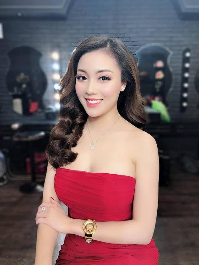 """""""Hot girl giảng viên"""" gây chú ý khi ra sân cổ vũ ĐT Việt Nam - Ảnh 5."""