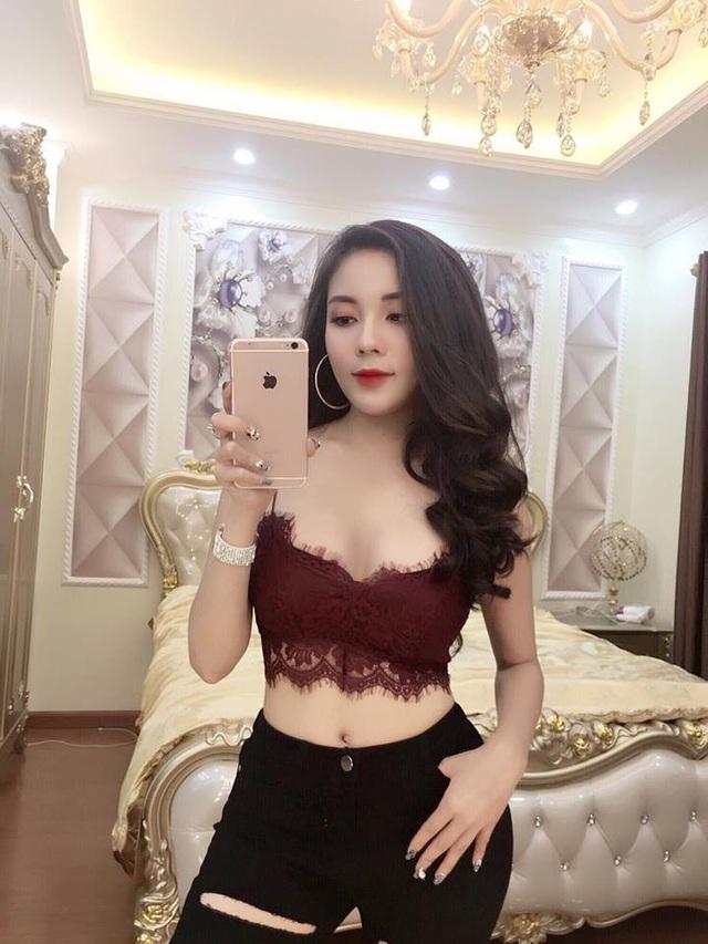 """""""Hot girl giảng viên"""" gây chú ý khi ra sân cổ vũ ĐT Việt Nam - Ảnh 8."""
