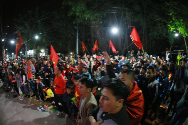 Khoảng sân trước nhà đông nghịt người đến để theo dõi trận đấu.