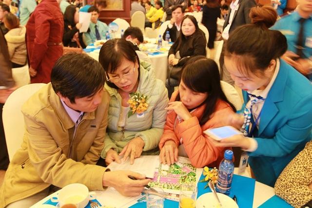 Nhân viên Đất Xanh tư vấn khách hàng tại từng bàn