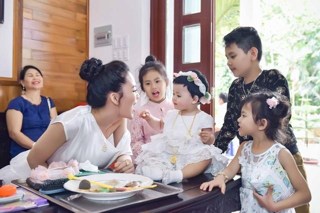 Sau khi kết hôn, Sang Lê hoàn toàn thỏa mãn với những quyết định của mình khi lùi vào hậu trường và dành hết tâm sức cho gia đình nhỏ. Cô có những chia sẻ cuộc sống của mình với những hình ảnh rất đáng yêu trên mạng xã hội và nhận được sự chúc mừng cũng như sự ủng hộ của người hâm mộ.