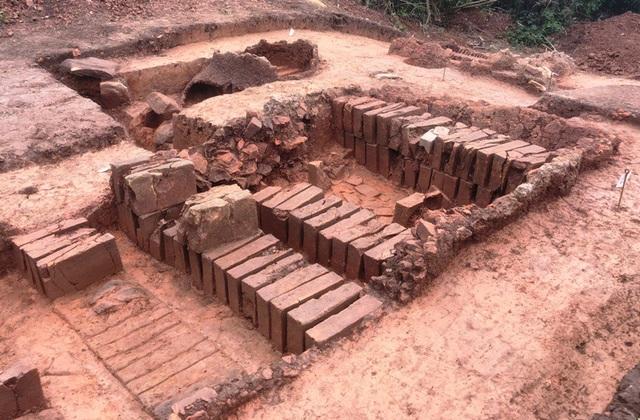 Qúa trình khảo cổ đã phát hiện ra lò nung gạch, ngói trong khuôn viên di tích.