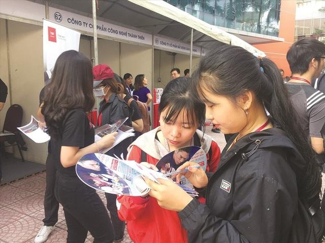 Sinh viên tìm hiểu về nhu cầu tuyển dụng của doanh nghiệp ngay tại Ngày hội việc làm được tổ chức tại trường - Ảnh: L.T