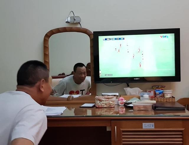 MC Lại Văn Sâm cũng hào hứng xem bóng đá và cổ vũ cho đội tuyển Việt Nam. Ngay từ trận chung kết lượt đi MC - nhà báo đã có những dự đoán chính xác.