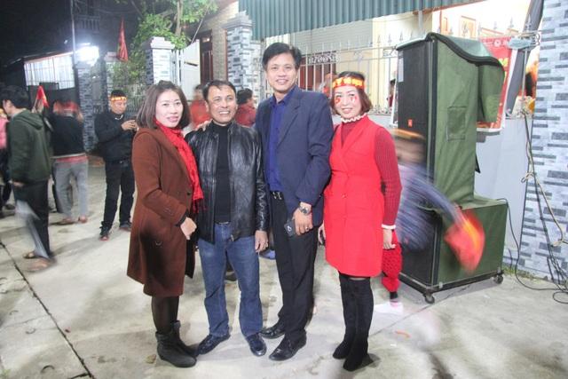Người hâm mộ chụp ảnh lưu niệm với ông Nguyễn Quang Thuần (đứng thứ 2 từ trái sang).