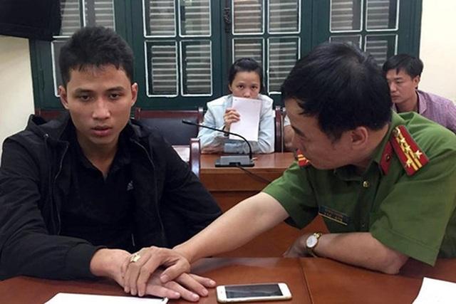 Trong suốt quá trình thẩm vấn, bàn tay Đại tá Vũ Minh Phương không rời tay hung thủ
