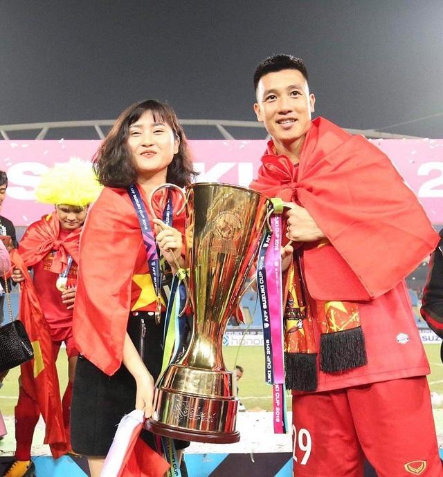 Bạn gái cầu thủ Huy Hùng - Nguyễn Thùy Dương nâng cúp vô địch cùng người yêu và không quên gửi lời cảm ơn đến đội tuyển.
