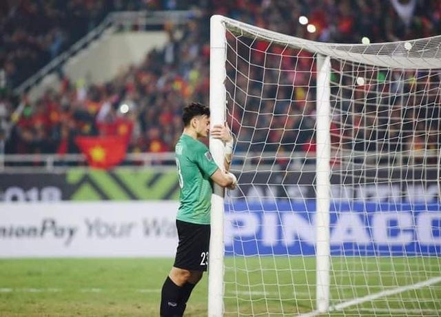 Khoảnh khắc đẹp được nhiều dân mạng chia sẻ khi thủ môn Đặng Văn Lâm đã ôm cột dọc và khóc sau khi trận đấu kết thúc