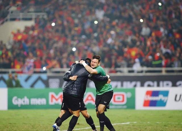 Ngay sau đó hai thủ môn dự bị của đội tuyển Việt Nam là Bùi Tiến Dũng và Nguyễn Tuấn Mạnh đã cùng đến chia vui cùng Đặng Văn Lâm