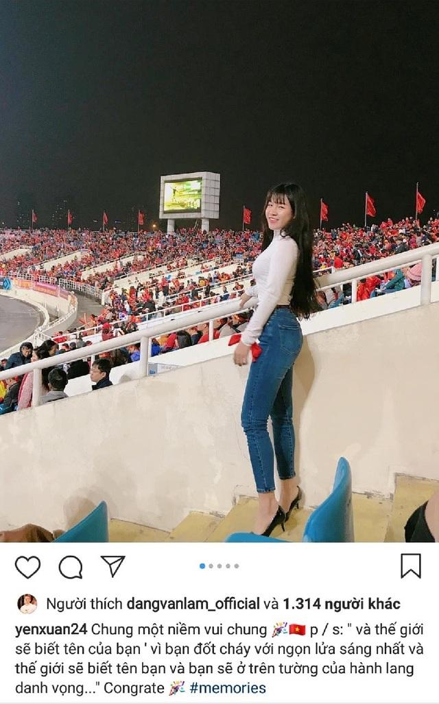 """Yến Xuân – """"bạn gái tin đồn"""" của thủ thành Văn Lâm cũng có mặt tại sân Mỹ Đình theo dõi trận đấu. Dưới bức ảnh """"hòa chung niềm vui"""", Văn Lâm cũng đã để lại cảm xúc trái tim."""