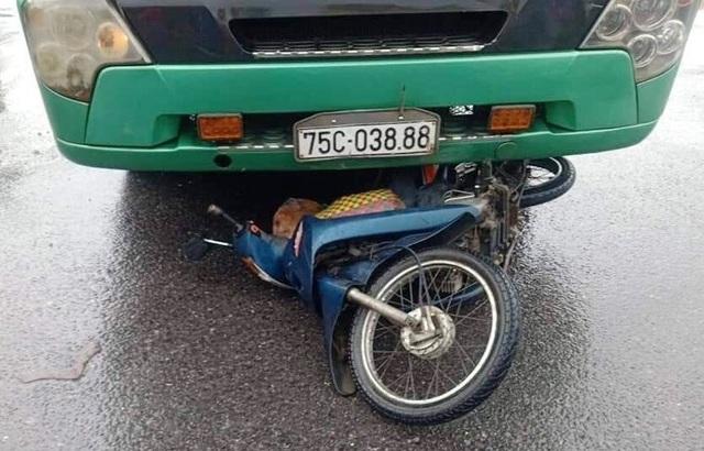Người phụ nữ 50 tuổi bị xe tải cuốn vào gầm cùng chiếc xe máy