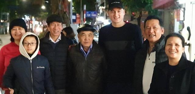 Gia đình bên nội của Văn Lâm hiện đang sinh sống tại Việt Nam.