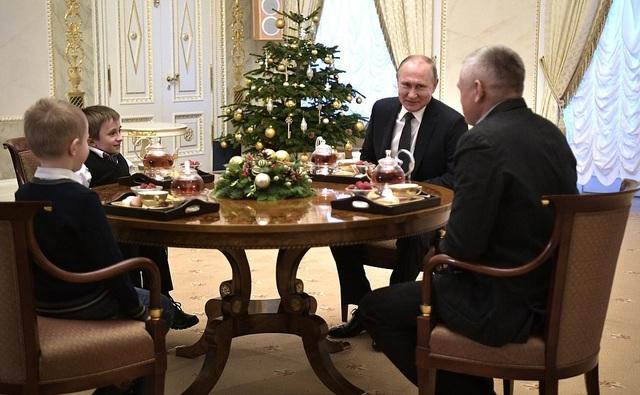"""Ngày 5/12, Tổng thống Putin đã tới tham dự diễn đàn Tình nguyện Quốc tế tại Moscow và đến dự sự kiện """"Ước mơ cùng tôi"""". Tại sự kiện lần này, mỗi người tham gia sẽ bốc thăm những phong bì thư có chứa một điều ước của những trẻ em bị mắc bệnh nan y và biến chúng thành sự thật."""