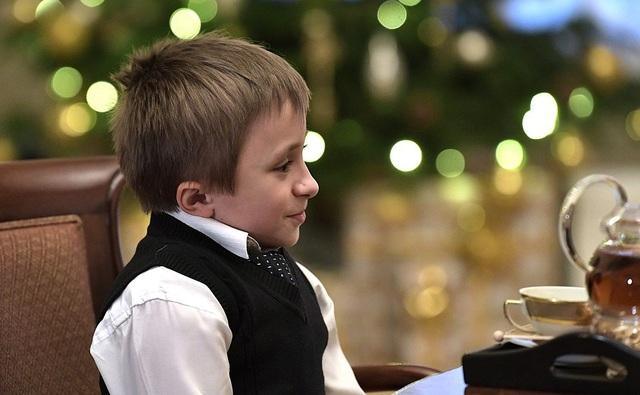 Ông Putin đã bốc được 5 lá thư, trong đó đặc biệt có lá thư của cậu bé Artyom Palyanov, một bệnh nhi mắc bệnh xương thủy tinh. Ước mơ của cậu bé là được một lần nhìn thấy toàn cảnh thành phố St Petersburg từ trực thăng cùng với cha và anh trai. Tổng thống Putin hứa sẽ thực hiện những ước mơ của tất cả những bạn nhỏ mà ông đã bốc được. Trong ảnh: Cậu bé Palyanov.
