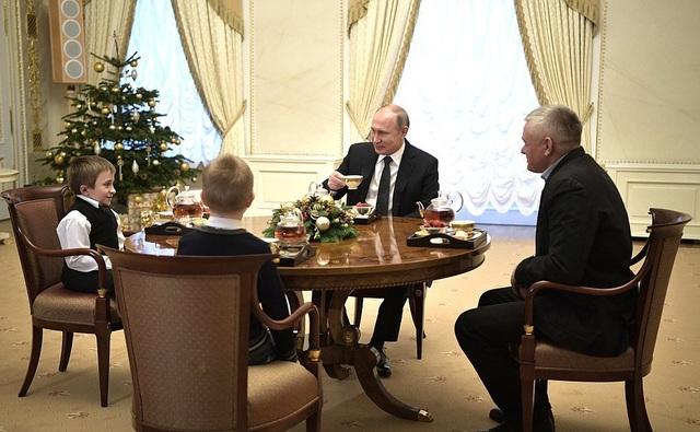 Ngày 15/12, giữ đúng lời hứa, ông Putin đã mời Palyanov cùng cha và anh trai từ vùng Leningrad tới St Petersburg dùng tiệc trà trước khi ông tham gia cuộc họp với hội đồng Văn hóa Nghệ thuật Nga.