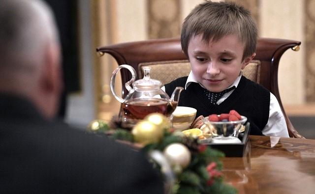 """Theo Sputnik, ngoài Palyanov, ông Putin ngày 5/12 còn bốc được lá thư của một cậu bé mơ được quay video chiếc máy bay Il-96 nổi tiếng. Ông Putin hứa sẽ mời cậu bé tới Moscow để làm quen với phi công lái """"chim sắt"""" trên."""