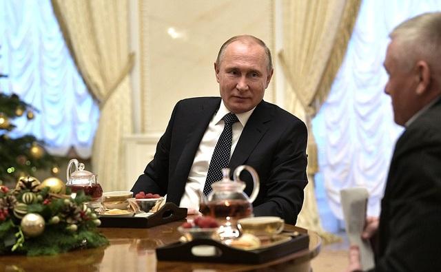 Ông cũng hứa sẽ đưa một bé gái đi tham quan các xưởng sản xuất phim của hãng Mosfilm, cũng như đưa một cô bé khác đi thăm kênh truyền hình RT vì cô bé ước mơ có thể tác nghiệp như một nhà báo. Tổng thống Putin cũng đặc biệt xúc động trước ước mơ của một cậu bé mong được một lần bắt tay nhà lãnh đạo Nga. Ông Putin hứa sẽ liên hệ với bác sĩ của em và mời em tới Moscow dịp năm mới để hoàn thành ước mơ của bệnh nhi này.