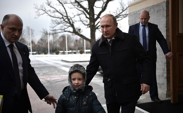 Sau đó, Tổng thống Nga đã đích thân đưa gia đình Palyanov tới khu vực bãi đỗ trực thăng, nơi họ sẽ có cơ hội nhìn thấy khung cảnh tươi đẹp của thành phố St Petersburg.