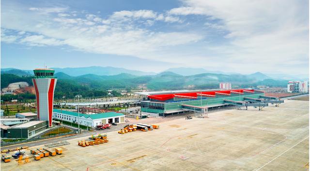 Dự kiến ngày 30/12 tới, Cảng hàng không quốc tế Vân Đồn (CHKQT) sẽ chính thức khai trương. Sau tròn 30 tháng thi công, với 22 hạng mục thuộc khu bay (đường băng, đường lăn, sân đỗ) và 27 hạng mục khu mặt đất, công trình điểm nhấn về hạ tầng giao thông được đầu tư theo hình thức BOT.