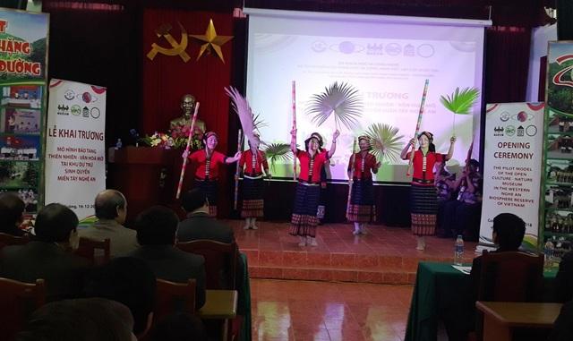 Tiết mục văn nghệ mang đậm bản sắc của người dân tộc thiểu số ở vùng Khu dữ trữ sinh quyển miền Tây Nghệ An tại lễ khai trương