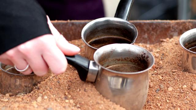 """Món cà phê đun trên """"chảo cát nóng"""" độc lạ của vùng Trung Đông - 2"""