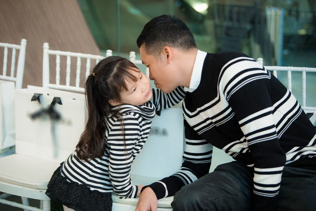 Chồng và con gái đi theo ủng hộ Khánh Linh.