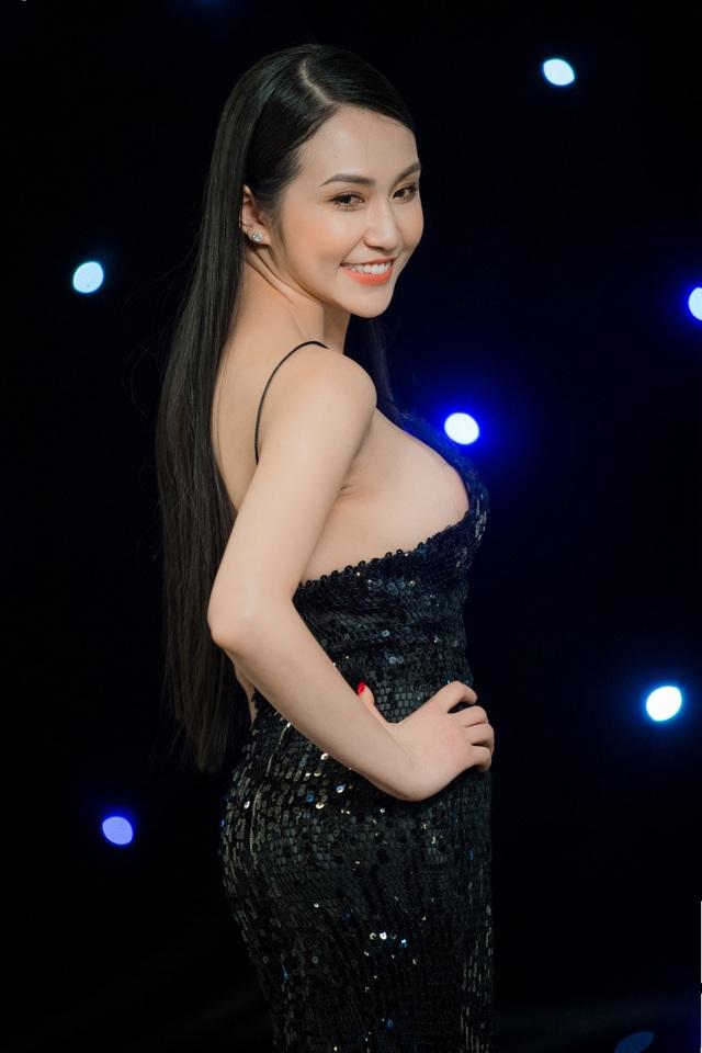 Hương Baby (bà xã ca sĩ Tuấn Hưng) cũng trở thành tâm điểm chú ý của mọi người tại sự kiện tối qua.