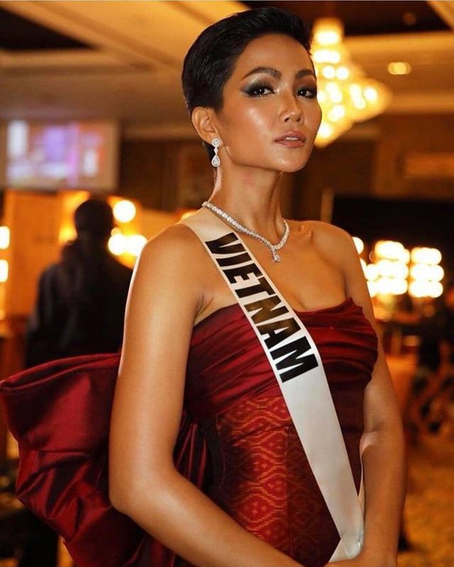 Từ ngày đầu đến với Hoa hậu Hoàn vũ thế giới, Hhen Niê đã gây ấn tượng với khán giả và truyền thông, các trang tin tại đây liên tục cập nhật thông tin về đại diện Việt Nam.