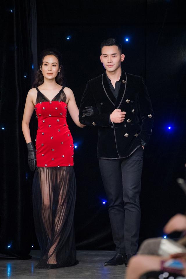 """Đặc biệt, Hoa hậu Thu Thuỷ còn khiến nhiều người ngạc nhiên khi bất ngờ làm vedette trong show diễn thời trang. """"Gái hai con"""" được MC Mạnh Khang dắt tay trên sàn catwalk ở phần kết."""