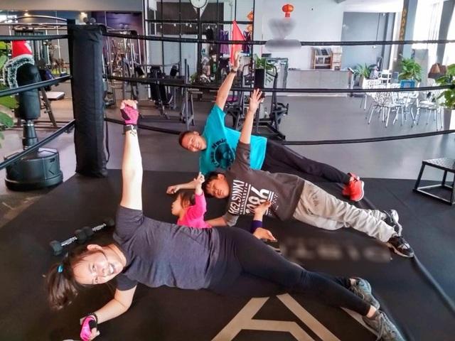 Cả gia đình ca sĩ Khánh Linh cùng chăm chỉ tập luyện trong phòng gym.