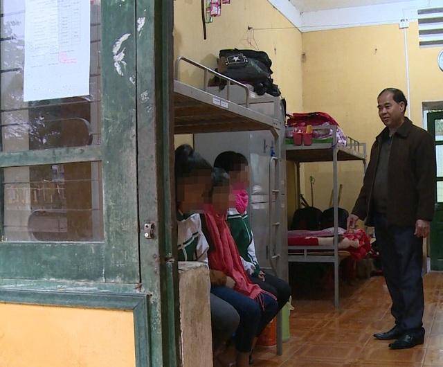 Ông Đinh Bằng My bị khởi tố, bắt tạm giam để điều tra về hành vi Dâm ô với người dưới 16 tuổi (Ảnh: Ông My đứng trong phòng nghỉ với các học sinh)