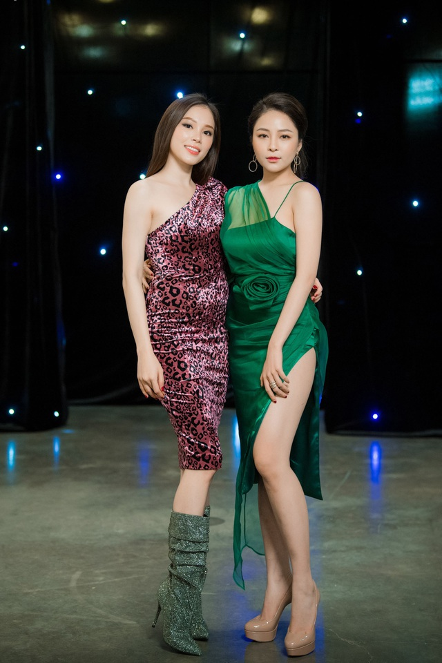 Linh Rin hot girl World Cup Trâm Anh khoe dáng gợi cảm và sang chảnh. Hai cô gái đều thu hút lượng theo dõi cao trên trang facebook cá nhân.